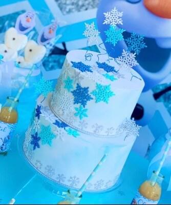 Torta a tema Frozen con pasta di zucchero e decorazioni