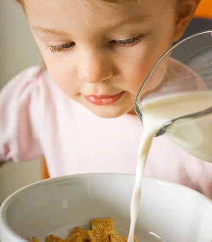 Latte e cereali per la colazione dei bambini