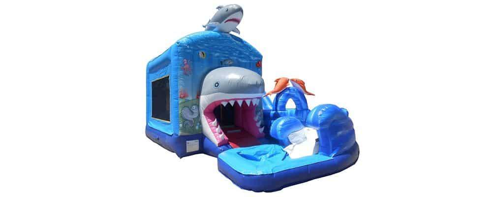 installazione del gonfiabile acquatico shark attack
