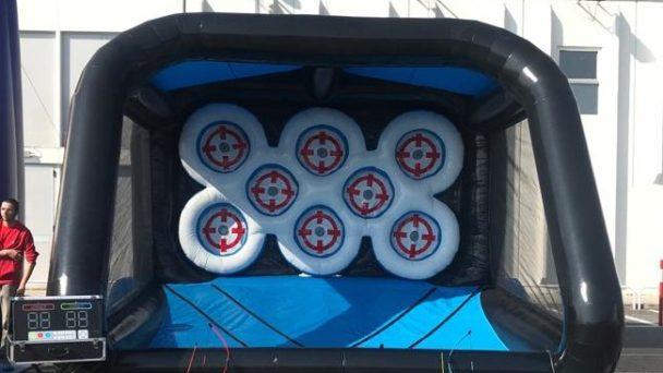 Un evento sportivo a Genzano con il gonfiabile arena di tiro interattiva
