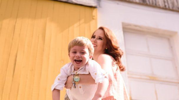 Animatore e bambino che ridono