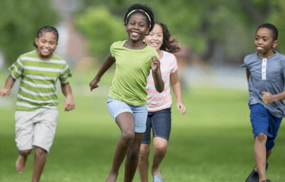 Bambini che si divertono facendo giochi sportivi