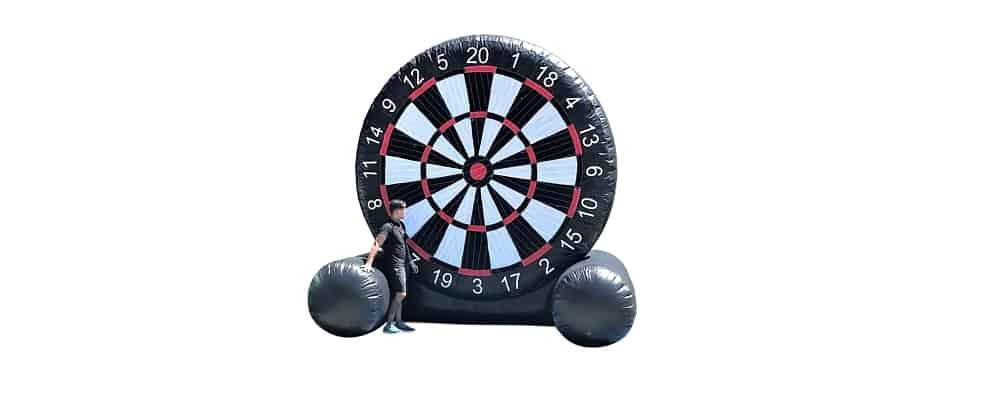 installazione del gonfiabile sportivo football darth