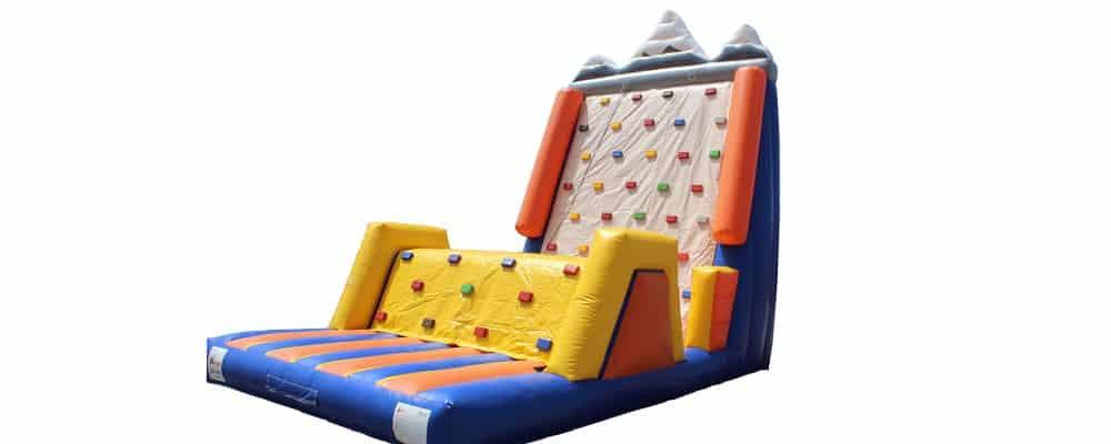 installazione del gonfiabile sportivo arrampicata