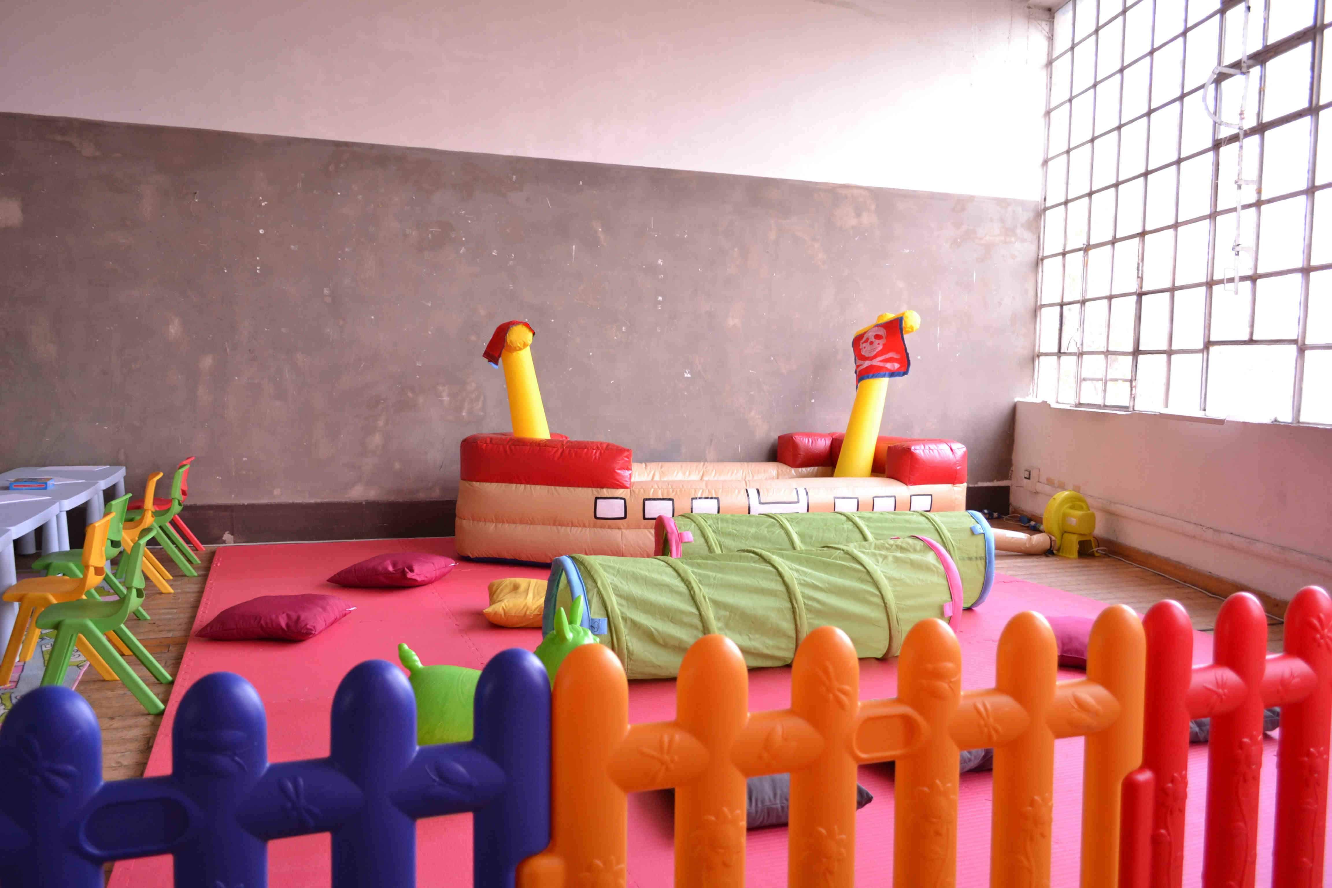 staccionate, tatami e mini gonfiabile vascello con palline per area baby