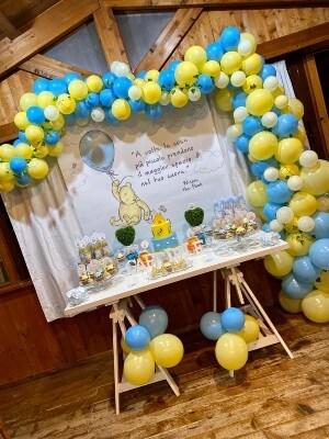 Fondale e palloncini dei colori portanti di Winnie the Pooh
