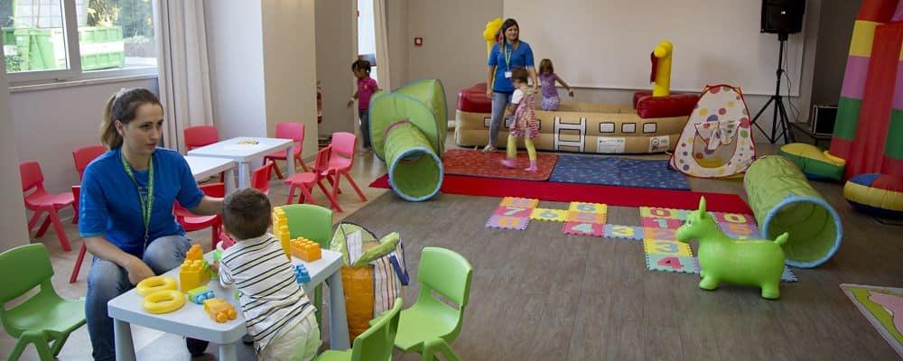 bambini che giocano con l'allestimento di una festa ludoteca