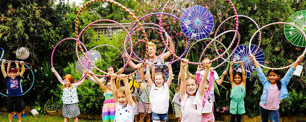 bambini che giocano con i cerchi