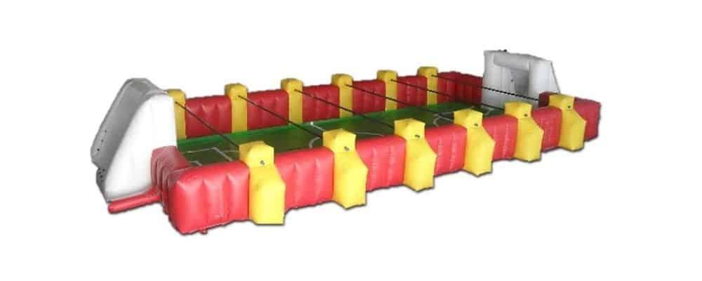 installazione del gonfiabile sportivo calcio balilla umano
