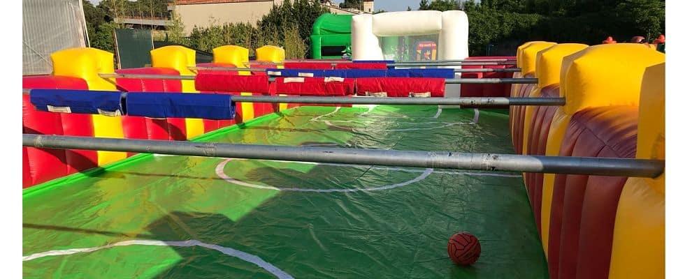 installazione del gonfiabile calcio balilla umano per una festa a tema sport