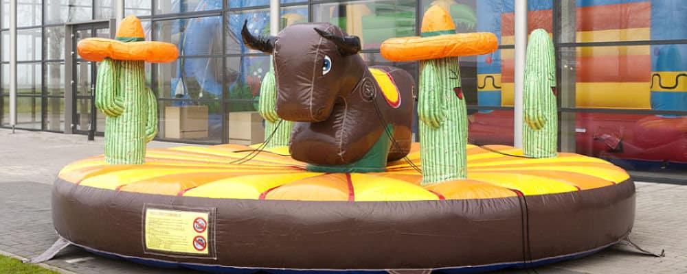 installazione del gonfiabile rodeo per una festa a tema cowboy