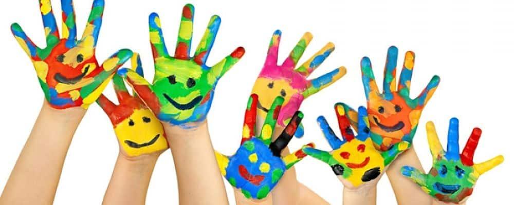 manine dei bambini pitturate con degli smile durante un laboratorio