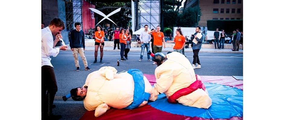 due ragazzi che giocano con i costumi dei lottatori di sumo