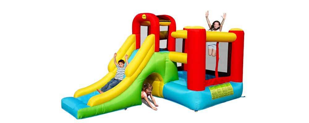 bambini che giocano sul mini gonfiabile