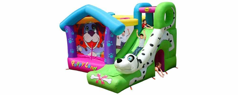 bambini che giocano sul mini gonfiabile dove è rappresentato un cane