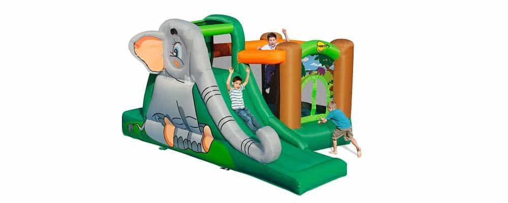 bambini che giocano sul mini gonfiabile con disegnato un elefante