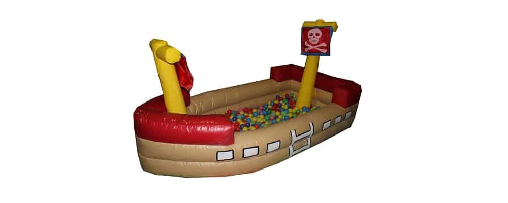 mini gonfiabile a forma di vascello dei pirati con tante palline colorate