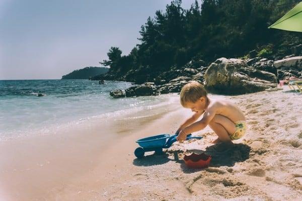 I bambini adorano giocare con la sabbia