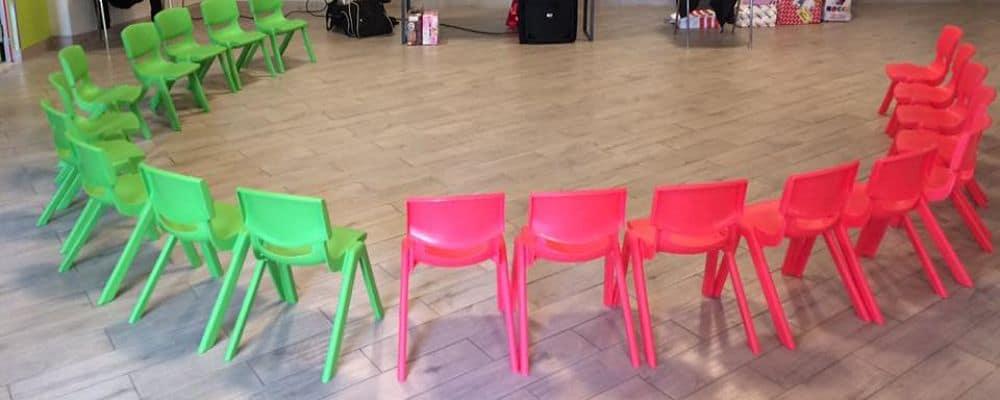 sedioline posizionate per i bambini per la festa show