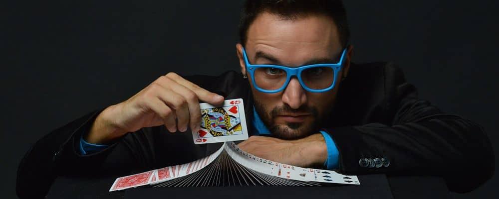 mago che gioca con le carte