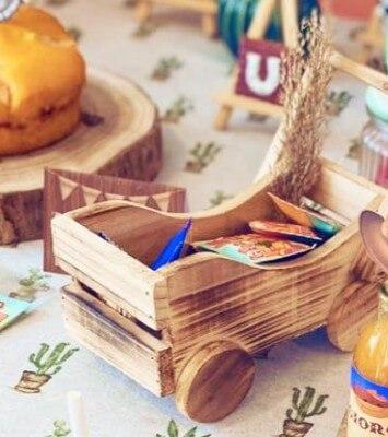 Oggetti e contenitori in legno per un buffet a tema Far West