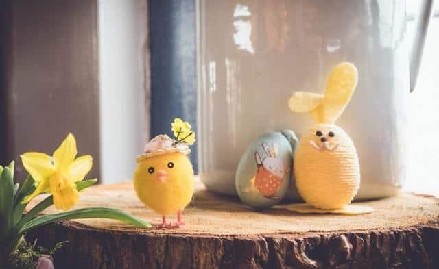 Caccia alle uova di Pasqua in giardino